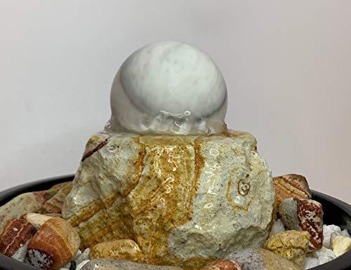 Edelsteinbrunnen Wien mit Marmorkugel und Keramikschale