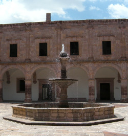 Antiker Brunnen im kolonialstil