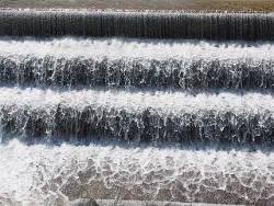 Stufenförmiger Wasserlauf (Kaskade)