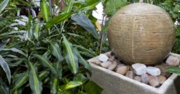 Zimmerbrunnen mit Pflanzen
